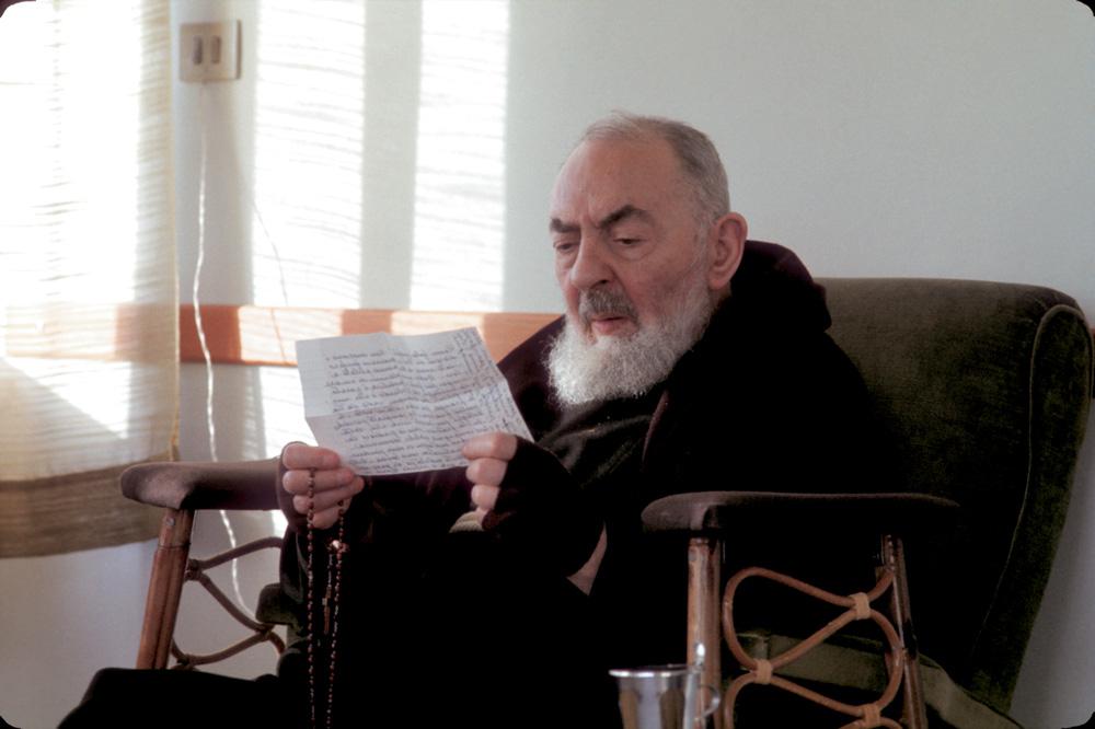 Padre-Pio-legge-una-lettera-di-un-figlio-spirituale