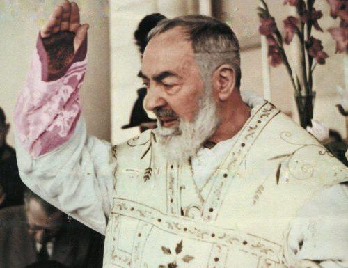 Ngosipụta Padre Pio nye nwa agbọghọ na-ekpe ekpere maka ọbịbịa nke obere nwanne