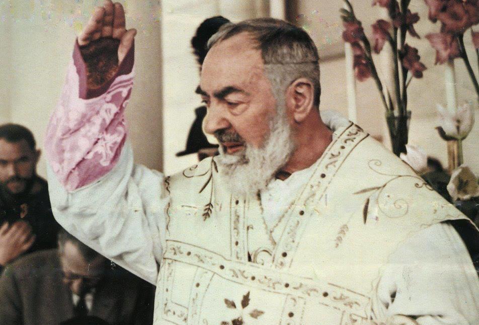 padre-Pio-Benedizione-e1444237424595