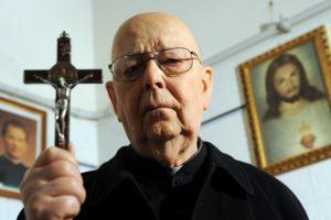 La preghiera che Padre Amorth ci invita a recitare per ottenere la liberazione dal male
