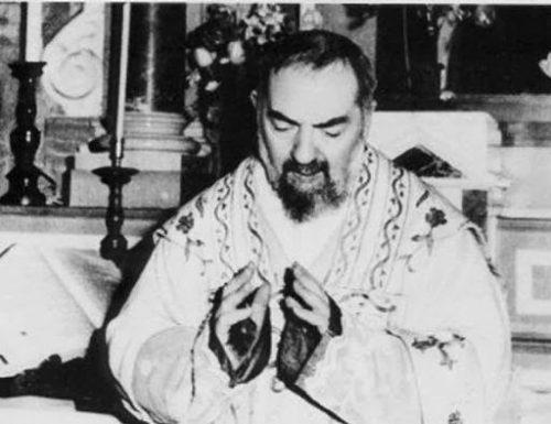 Kujitolea kwa pigo kwenye bega la Yesu na siri ya Padre Pio