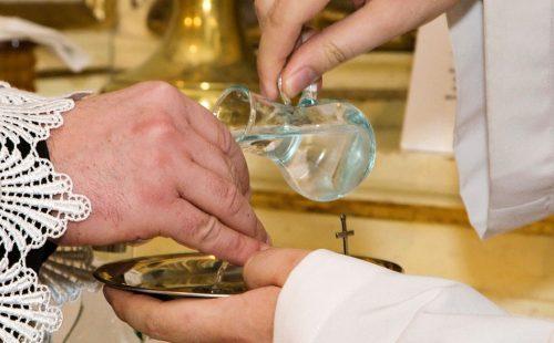 Judaicae ritibus baptismata manus