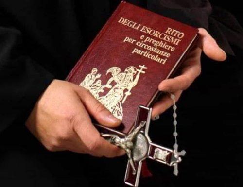 Esorcista chiede foto nude in cambio di preghiere