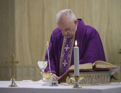 Papa Francesco prega per i media che aiutano a superare la pandemia del coronavirus