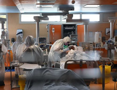 Panoramica all'interno degli ospedali mentre si combatte il coronavirus