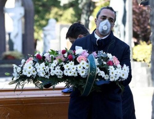 Durante la pandemia, i sacerdoti lavorano per colmare la distanza tra defunti, famiglia