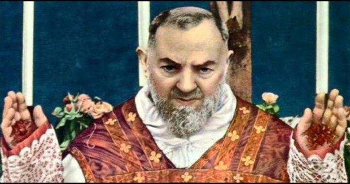 Benevento: il volto di Padre Pio appare su un portone. (foto) Accorrono migliaia di persone