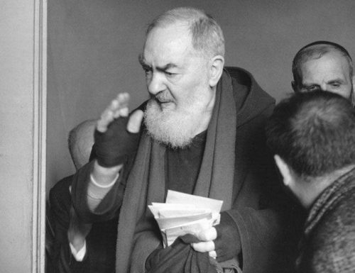 """Ọrụ Ebube nke Padre Pio: nkụchi obi, """"n'ime ụlọ kpụ ọkụ n'ọnụ m hụrụ onye mọnk na-ekpe ekpere maka m"""""""