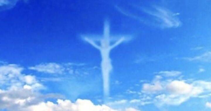 Croce di Gesù appare in Cielo testimoni migliaia di persone si grida al miracolo