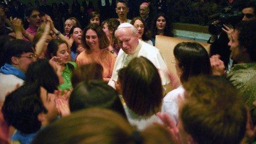 """Il Papa ai giovani: Karol ci dice che le prove si superano """"entrando in Cristo"""""""