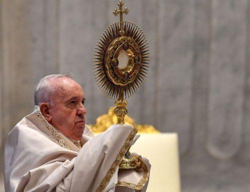 L'Eucaristia guarisce, dà forza per servire gli altri, dice papa Francesco