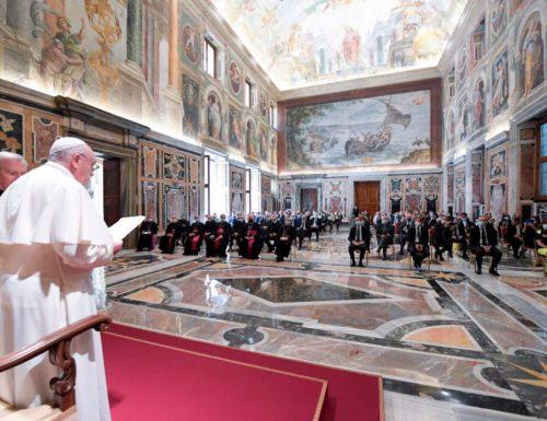 Il papa saluta i medici del virus in Italia, infermieri come eroi in Vaticano