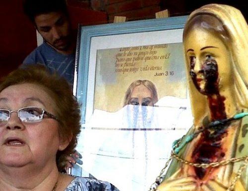 Anya mmiri si na ihe oyiyi nke Virgin Mary na isi nke Roses