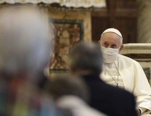 Il papa che indossa una maschera fa appello alla fraternità durante la preghiera interreligiosa