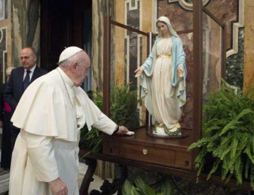 Paus Fransiskus memberkati patung Pingat Bunda Maria