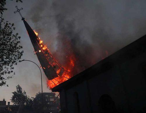 Чилеанске цркве спаљене, опљачкане