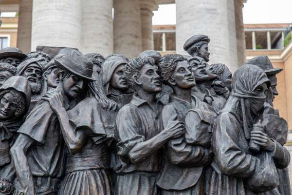 Papa Francesco: Prendersi cura dei rifugiati in fuga 'virus di ingiustizia, violenza e guerra'