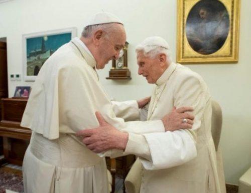 Папе Францис и Бенедикт добијају прве дозе вакцине ЦОВИД-19