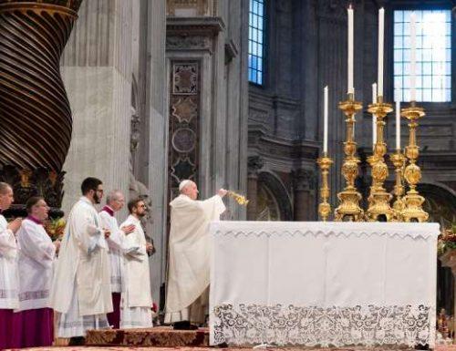 Папа Фрања је у литургијама у Ватикану заменио болни ишијас