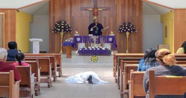 Un uomo muore in ginocchio davanti all'altare nella chiesa
