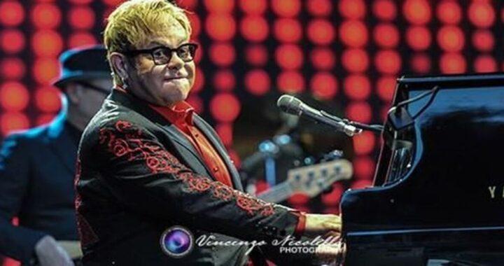Un tweet di Elton John attacca il Vaticano sui legami gay