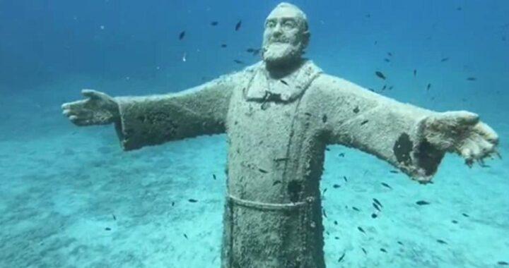Padre Pio immerso nel mare