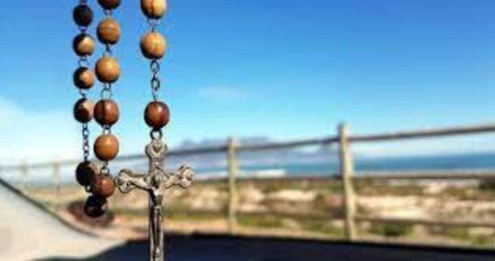 Na Philippines, amachibidoro rosaries na ihe oyiyi dị nsọ n'ụgbọala