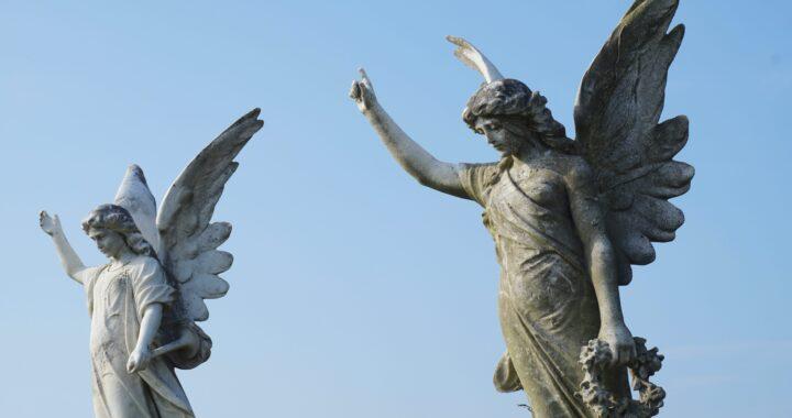 7 نښې چې تاسو ته وایي چې ستاسو سرپرست فرشتہ ستاسو تر څنګ ده