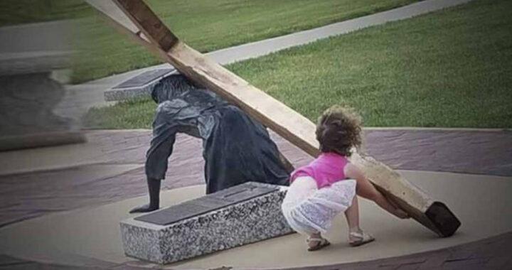 Bimba aiuta Gesù a sollevare la Croce, la storia di questa meravigliosa foto