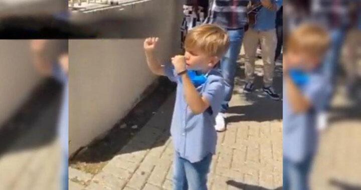Bimbi che pregano davanti all'ospedale, il video che tocca il cuore di tutti noi