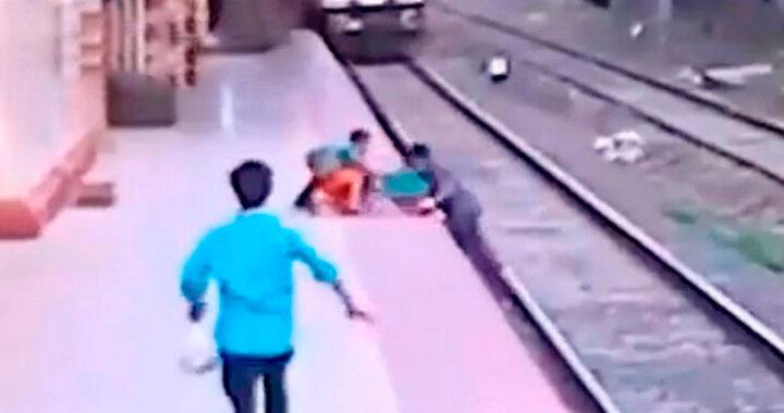 Salva bimbo caduto sui binari poco prima dell'arrivo del treno (VIDEO)