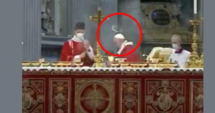 È lo Spirito Santo? Video mostra un alone di incenso sopra Papa Francesco