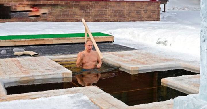 Putin commemora il battesimo di Gesù e s'immerge nell'acqua gelida (VIDEO)