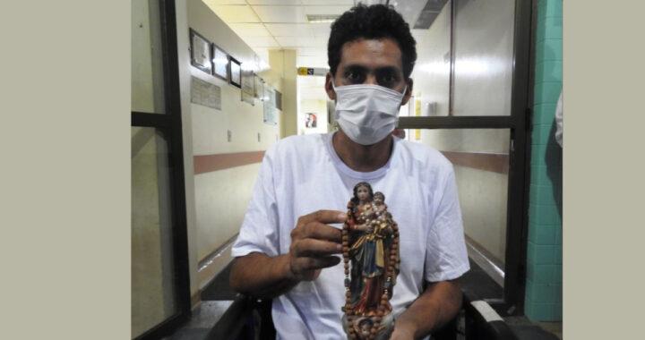 Guarisce dal Covid ed esce dall'ospedale con un'immagine della Madonna