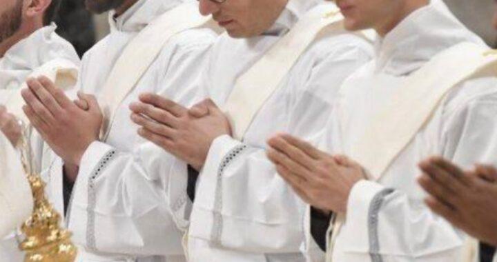 3 fratelli ordinati sacerdoti nello stesso giorno, genitori entusiasti (FOTO)