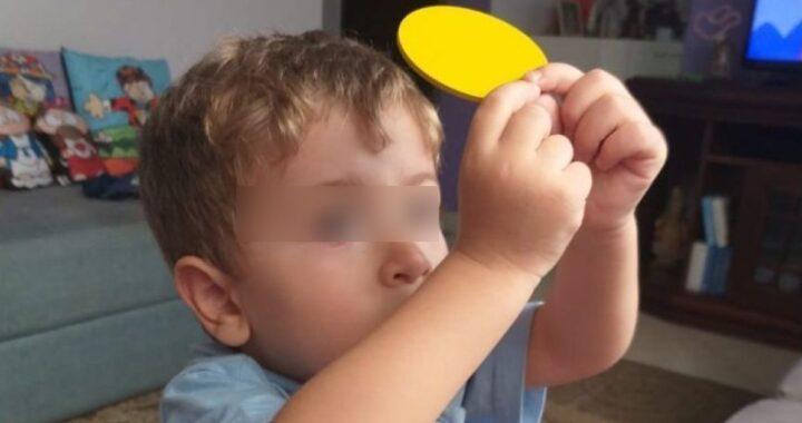 Bimbo di 4 anni 'gioca' alla Messa (ma prende tutto sul serio)