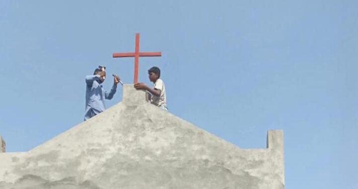 200 musulmani circondano una chiesa e fanno rimuovere la croce