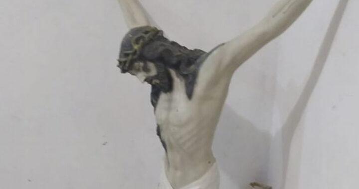 Statua di Gesù cade e resta in piedi dopo il forte terremoto (FOTO)