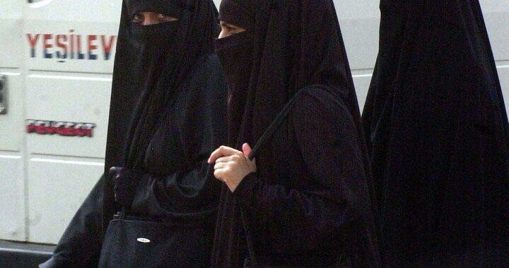 Donne sempre più oppresse dai talebani, il regolamento delle università