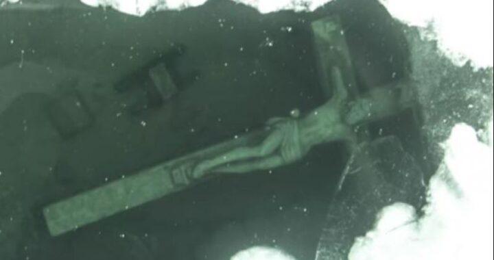 Questo enorme Crocifisso si vede solo quando il lago gela